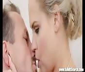 Blonde en lingerie baisée