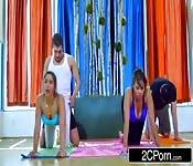 Clase de yoga se convierte en algo mas que yoga