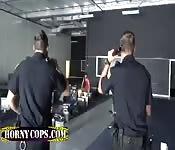 Cops setzen bei Dreier ihren Kopf durch