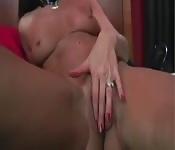 Hete Milf stript en masturbeert