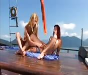 Stomende lesbische sex op een boot