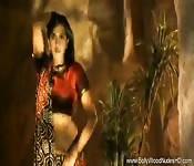 India sexy con un vestido de seda baila para ti