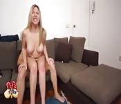 Blondes Girl genießt Wohnzimmerfick mit Mann