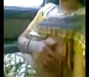 Una indiana tira fuori le tette in pubblico