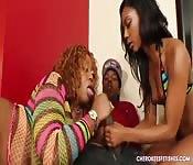 Dos lesbianas chupan una polla