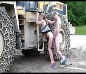Amateurin wird draußen auf der Baustelle gefickt
