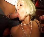 MILFs se divierten en una orgía