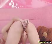 Una maiala sexy si masturba la fica