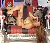 Ognista blondyna w bikini zabawia się z sobą