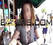 Latina torride baisée en public