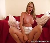 Une belle blonde qui se touche