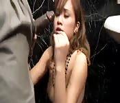 Asiatischer Teenie auf schwarzem Schwanz