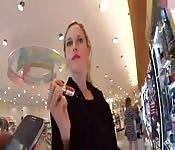 Shoppen mit Wichse im Gesicht
