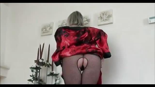 Sexy MILF pronkt met haar lichaam