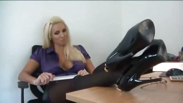 Sexy kantoor MILF geniet