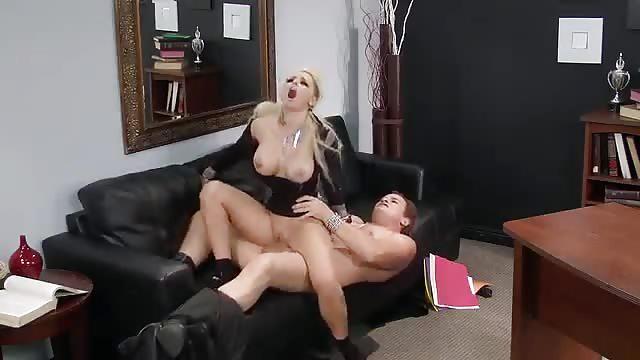 Belle salope baise dans un bureau