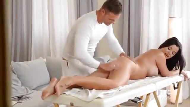 Un masaje anal y una masturbación con dos chicas