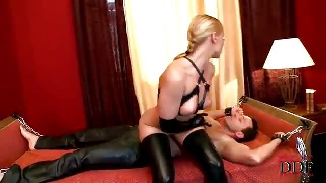 Une dominatrice gode le cul d'une blonde