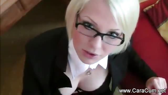 Ze kleedt zich als secretaresse voor haar vriendje
