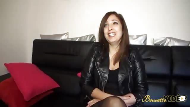 Une MILF brune durant une interview