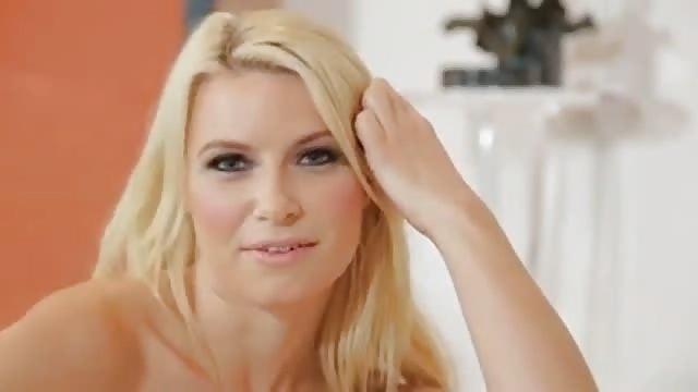 Une ado blonde nous montre son cul