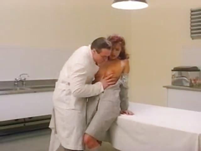 gevangene Simona Valli neukt de arts in de gevangenis