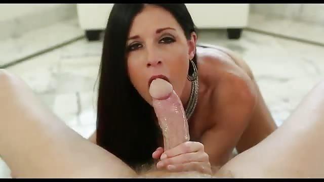 Mädchen masturbiert beim Lutschen