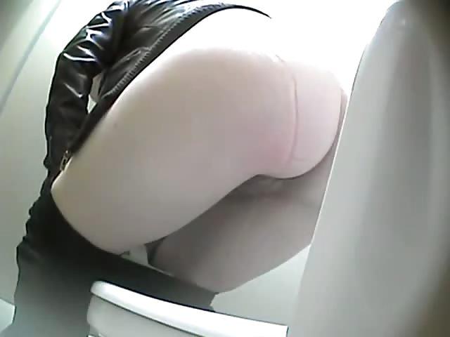 Vidéos porno en ligne dans les toilettes