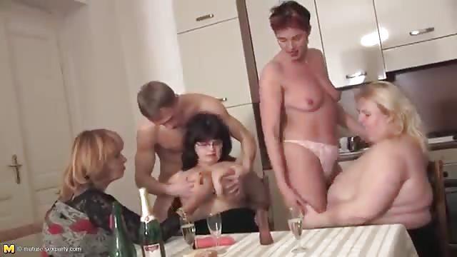 Cette vidéo d'orgie a plein d'orgasme