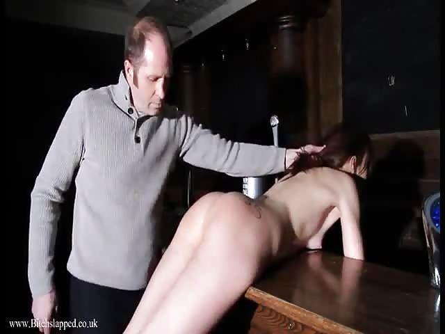 Une fille britannique en bondage
