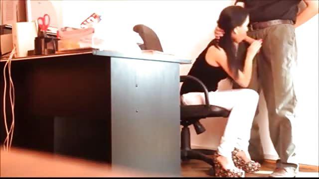 секс видео скрытая камера под столом