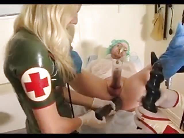 Mistress ordeña a su esclava y usa sus juguetes con él
