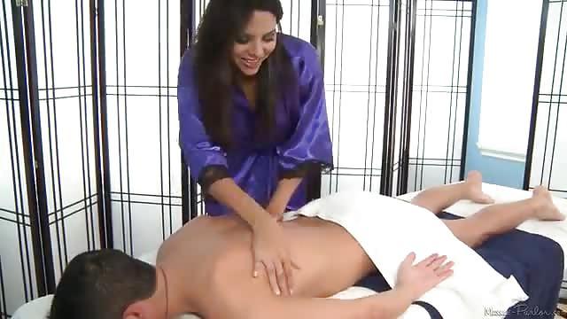 Codi Carmichael krijgt een speciale massage
