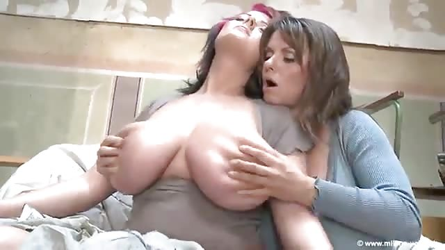 Gros seins naturels lesbiennes-2470