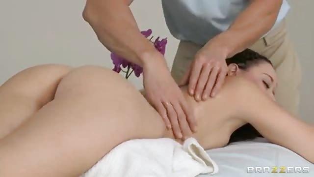 Meisje neukt hard na een massage