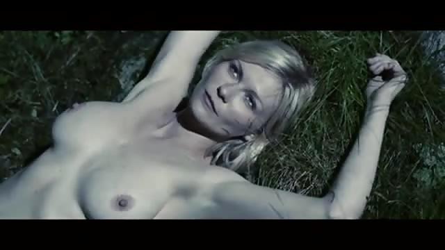 Kirsten Dunst montre ses nichons et sa chatte.