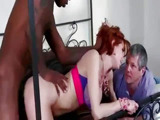 Un mari cocu surprend sa femme entrain de baiser avec