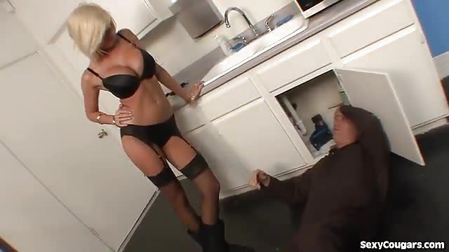 Supergeile blondine neukt de loodgieter