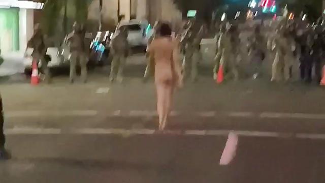Bella ragazza si piazza nuda davanti alla polizia