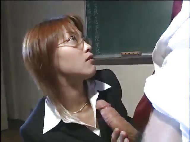 Heiße Lehrerin fickt ihren Studenten