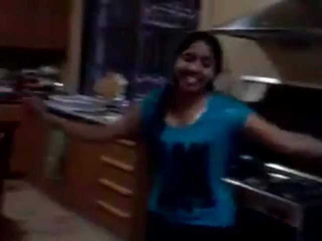 Salope excitée dans la cuisine