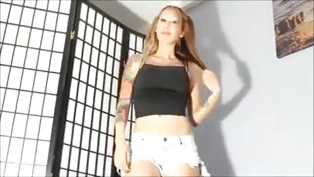 Lieve Aziatische pronkt met haar intens lichaam voor de camera