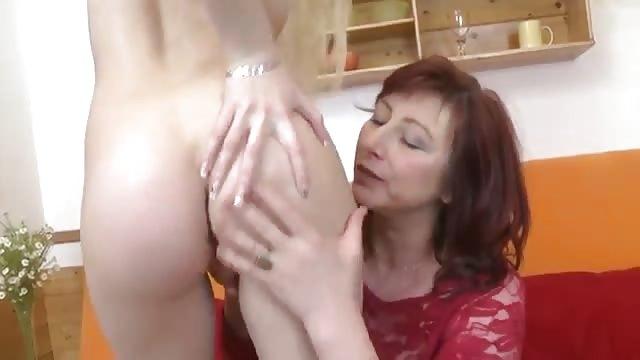 Dochter deelt pik met haar stiefmoeder