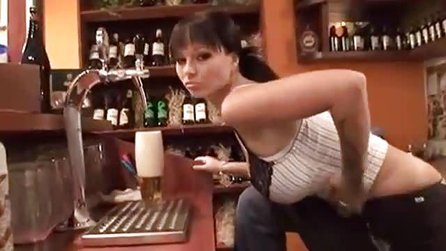 pornpo extrem porno sexy brünette kellnerin