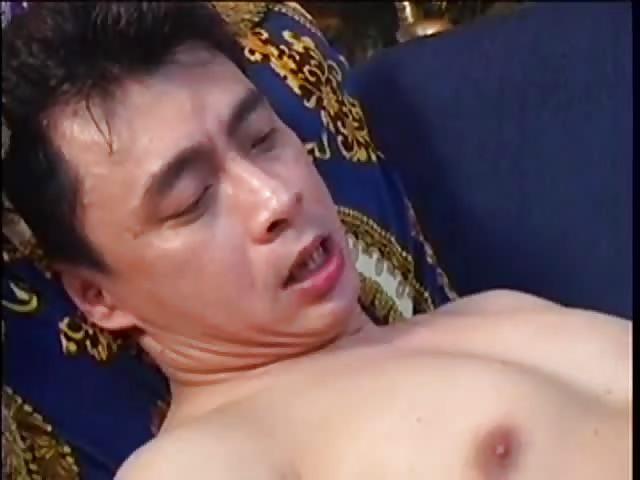 Sexy Aziatische neukt en zit op allerlei mannelijke gezichten in de sportschool