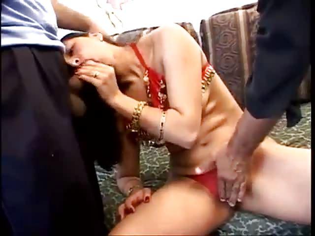 Une indienne double pénétrée par deux bites blanches