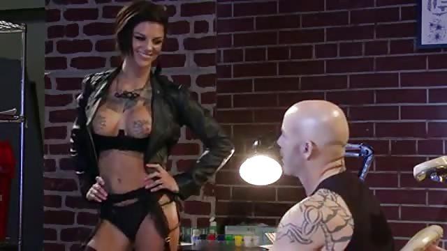 Bonnie Rotten neukt de tatoeeerder