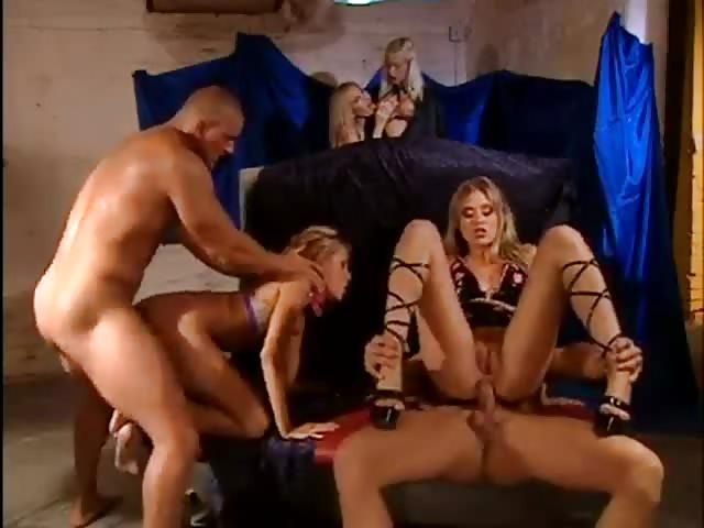 Gedwongen om te neuken in een orgie