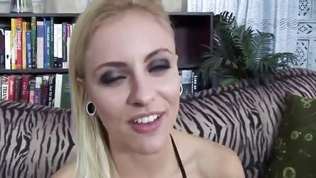 Geile blondine zuigt een pik