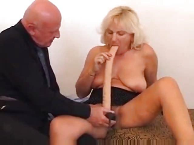 Frau mit dildo gefickt